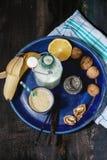 牛奶香蕉圆滑的人 图库摄影