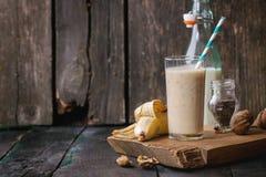 牛奶香蕉圆滑的人 免版税库存照片