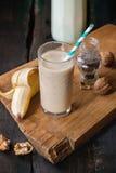 牛奶香蕉圆滑的人 免版税库存图片
