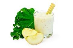 牛奶鸡尾酒用大黄和苹果 库存照片