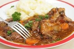 牛尾与叉子的炖煮的食物正餐 免版税库存图片
