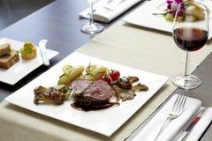 牛排、土豆和红葡萄酒 库存图片