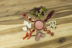 牛排、甜菜&苹果计算机沙拉与穿戴沙拉的莓香醋 库存图片