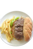 牛排三明治用炸薯条-隔离 免版税库存图片