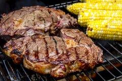 牛排和玉米在热的格栅 免版税库存图片