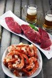 牛排和虾用工艺啤酒 库存图片
