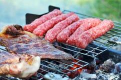 牛排和kebab在烤肉关闭 免版税库存照片