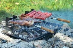 牛排和kebab在烤肉 免版税库存照片