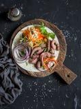 牛排玉米粉薄烙饼用烂醉如泥的红萝卜和圆白菜在一个木切板在黑暗的背景 库存图片