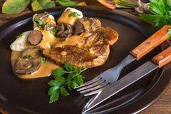 牛排用土豆饺子和森林蘑菇酱油 免版税库存照片