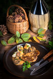 牛排用土豆饺子和森林蘑菇酱油 库存图片