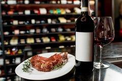 牛排用红葡萄酒 免版税图库摄影