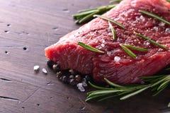 牛排用迷迭香、盐和胡椒 免版税图库摄影