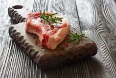 牛排的新鲜的生肉在木切板 图库摄影