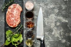 牛排肉用草本和香料 免版税库存图片
