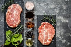 牛排肉用草本和香料 免版税库存照片