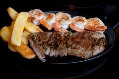 牛排虾炸薯条长柄浅锅 库存图片