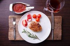 牛排顶视图在白色板材的用红葡萄酒 库存图片