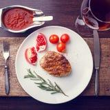 牛排顶视图在白色板材的用红葡萄酒 图库摄影