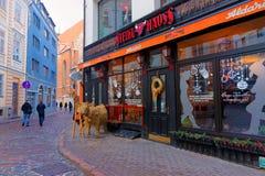 牛排餐厅在为圣诞节装饰的老里加 库存图片