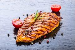 牛排鸡胸脯橄榄油西红柿以子弹密击和迷迭香草本 图库摄影