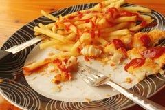 牛排,炸薯条用在板材的菜沙拉 免版税库存照片