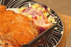 牛排,炸薯条用在板材的菜沙拉 图库摄影