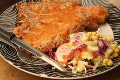 牛排,炸薯条用在板材的菜沙拉 免版税库存图片
