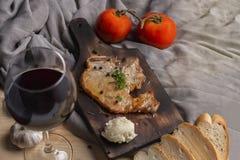 牛排,蕃茄,荷兰芹,大蒜,在木头的黑胡椒 免版税库存图片