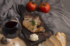 牛排,蕃茄,荷兰芹,大蒜,在木头的黑胡椒 库存照片