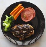 牛排,鸡在板材泰国的黑胡椒调味汁 免版税图库摄影