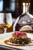 牛排 烤牛排与菜混合的黑色扁豆 图库摄影