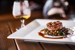 牛排 烤牛排与菜混合的黑色扁豆 库存照片