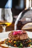 牛排 烤牛排与菜混合的黑色扁豆 免版税库存照片