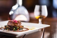 牛排 烤牛排与菜混合的黑色扁豆 免版税库存图片