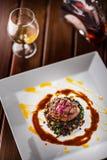 牛排 烤牛排与菜混合的黑色扁豆 库存图片