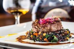 牛排 烤牛排与菜混合的黑色扁豆 免版税图库摄影