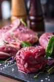 牛排 牛排 肉 被分配的肉 原始的鲜肉 牛腰肉排 丁骨牛排 牛后腹肉排 鸭胸脯菜装饰 免版税库存照片