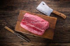 牛排 牛肉原始的牛排 在木板有叉子的和屠户的大肋骨眼睛牛排 免版税图库摄影