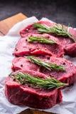 牛排 牛肉原始的牛排 新鲜的未加工的牛腩牛排切了o草本-罗斯玛丽装饰 图库摄影