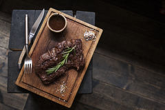 牛排 Grilled在香料用卤汁泡的BBQ牛肉片断  免版税库存照片