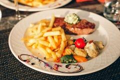牛排Café de巴黎用草本黄油 图库摄影