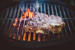 牛排ribi黑色安格斯烤了条纹烟蒸汽木炭油煎 库存照片