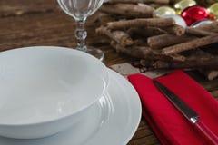 牛油刀、餐巾与板材和圣诞节装饰 免版税库存照片