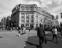 牛津马戏的人们在黑白的伦敦 图库摄影