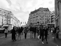 牛津马戏的人们在黑白的伦敦 免版税库存图片