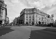 牛津马戏的人们在黑白的伦敦 库存图片
