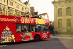 牛津,英国- 2018年10月13日:在街道的红色旅游buss 免版税库存图片