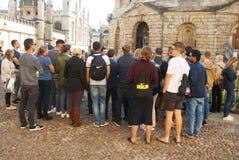 牛津,英国- 2018年10月13日:小组牛津大学的游人, Brasenose学院 免版税库存照片