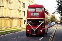 牛津,英国- 2018年10月13日:红色在街道的葡萄酒旅游buss 免版税库存图片